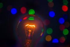 Glühlampe im bokeh stockbild
