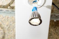 Glühlampe LED hängt von der Stelle auf Drähten Stockfotografie