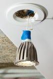 Glühlampe LED hängt von der Stelle auf Drähten Stockfotos
