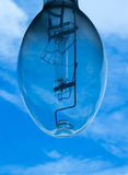 Glühlampe mit blauem Himmel Stockfotografie