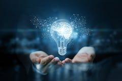 Glühlampe mit Gehirn innerhalb der Hände des Geschäftsmannes Stockbilder