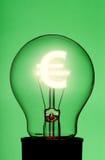 Glühlampe mit glühendem Eurosymbol stockfotos