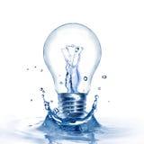 Glühlampe mit Wasser und Spritzen Stockbilder