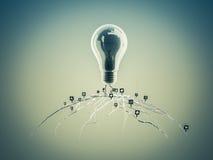Glühlampe mit Wurzeln und auf der Ikone mit Wurzeln aufgetaucht Lizenzfreies Stockfoto