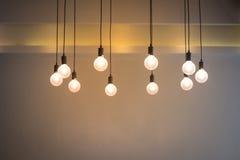 Glühlampe mit Zementwandhintergrund Lizenzfreies Stockfoto