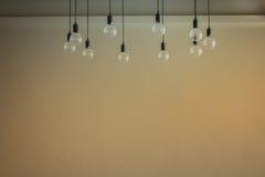 Glühlampe mit Zementwandhintergrund Stockfotografie