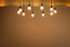 Glühlampe mit Zementwandhintergrund Stockfoto