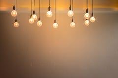 Glühlampe mit Zementwandhintergrund Stockbild