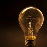 Glühlampe mit zurückhaltender Hintergrundkonzeption für die Idee kreativ Lizenzfreies Stockbild