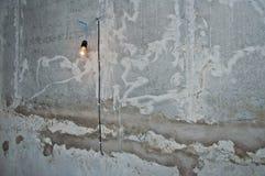 Glühlampe PBurning auf der Wand des Gebäudes Kunst der Steinmauer an einer Baustelle lizenzfreie stockfotos