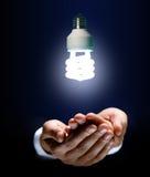 Glühlampe und Hand Lizenzfreie Stockbilder