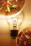 Glühlampe und Kompaß Stockfotos