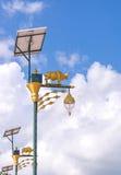 Glühlampe und Solarenergie der goldenen Kuh mit Hintergrund des blauen Himmels Lizenzfreies Stockbild