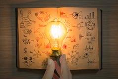Glühlampe und Weinlese buchen mit Geschäftsdiagramm Lizenzfreies Stockbild