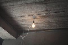 Glühlampe von der Decke leistung stockfoto