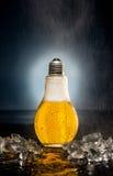 Glühlampebier mit Tropfen und Eis Stockfotos