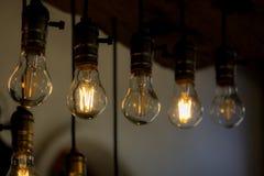 Glühlampebirne in der Reihe lizenzfreie stockbilder