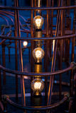 Glühlampebirnen umgeben durch Rohre Lizenzfreie Stockbilder