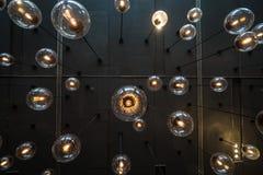 Glühlampehintergrund über dunkler Wand Lizenzfreie Stockfotografie