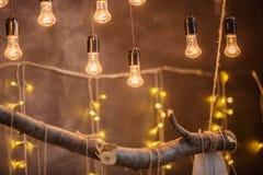 Glühlampen auf einem braunen Oberflächenhintergrund lizenzfreie stockfotografie