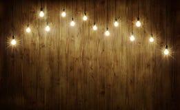 Glühlampen auf Holz Stockbild