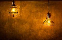 Glühlampen dekorativer antiker Edison-Art gegen Backsteinmauerhintergrund stockbild