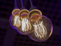 Glühlampen in der Dunkelheit Stockfotografie