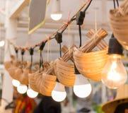Glühlampen, die an der Seilschiene hängen Stockfoto
