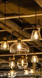 Glühlampen, die von der Decke hängen lizenzfreie stockbilder