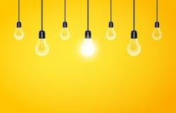Glühlampen mit das Glühen auf einem gelben Hintergrund hängend, kopieren Sie Raum Vektorabbildung für Ihr design lizenzfreie abbildung