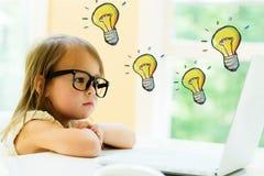 Glühlampen mit kleinem Mädchen stockfotos
