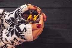 Glühwein in den Händen der Frau stockfotografie