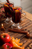 Glühwein mit Früchten und Gewürzen auf Holztisch Weihnachten GETRÄNK-Rezeptbestandteile des Winters Erwärmungsherum stockfotos
