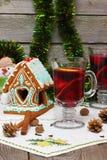 Glühwein mit Lebkuchenhaus stockfoto