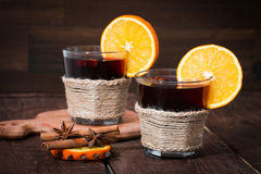 Glühwein mit Orange, Sternanis und Zimt Stockfoto