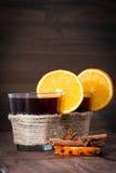 Glühwein mit Orange, Sternanis und Zimt Lizenzfreie Stockbilder