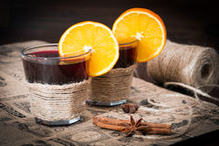 Glühwein mit Orange, Sternanis und Zimt Stockfotografie