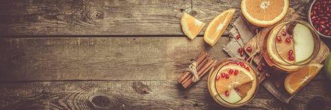Glühwein mit Orangen, Granatapfel Stockfotos