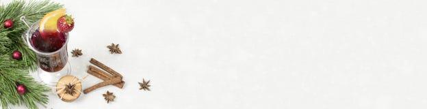 Glühwein mit spicies, Plätzchen und Kiefernniederlassung stockfoto
