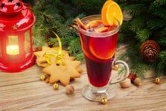 Glühwein mit verziertem Weihnachtsbaum Stockfoto