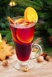 Glühwein mit verziertem Weihnachtsbaum Lizenzfreies Stockbild