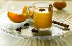 Glühwein mit Zimt, Gewürzen und Orangen Lizenzfreies Stockbild