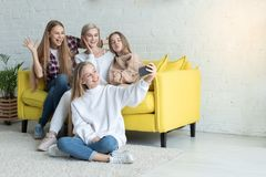 Gl?ckliche attraktive lesbische Familie in der zuf?lligen Kleidung, die selfie macht lizenzfreies stockbild