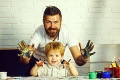 Gl?ckliche Familie Art Buntes Handkonzept Vater- und Sohnfreundschaft Vater und Kinder mit Fahrr?dern stockbild