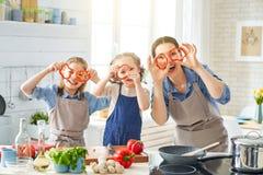 Gl?ckliche Familie in der K?che lizenzfreie stockfotos
