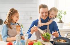 Gl?ckliche Familie in der K?che lizenzfreies stockfoto