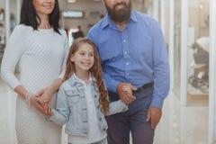 Gl?ckliche Familie, die im Einkaufszentrum zusammen kauft lizenzfreies stockfoto