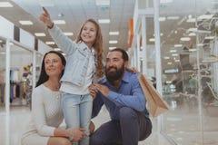 Gl?ckliche Familie, die im Einkaufszentrum zusammen kauft stockfoto