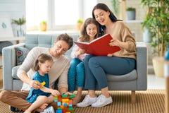 Gl?ckliche Familie, die zu Hause spielt stockbilder