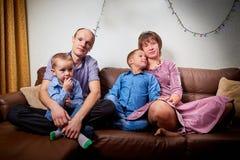 Gl?ckliche Familie mit zwei Kindern verbringen nett Hauszeit vor Weihnachten lizenzfreie stockbilder